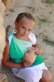 Little girl holding a Greek amphora — Stock Photo