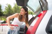 Woman shopping in a grocery store or supermarket — Stock Photo