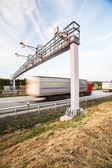 Lkw, die durch eine Mautstelle auf der Autobahn — Stockfoto