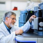 Starszy mężczyzna naukowiec, prowadzenia badań naukowych — Zdjęcie stockowe