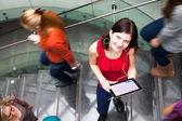 Tablet bilgisayar ile öğrenci — Stok fotoğraf