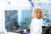 Kobieta naukowca robi badania w laboratorium — Zdjęcie stockowe