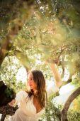 Zeytin ağaçları arasında esmer kadın — Stok fotoğraf