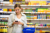 Woman buying groceries in a supermarket — Stock Photo