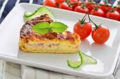 Home made ham and cheese quiche with tomatoes and cucumber — ストック写真