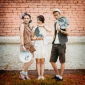 Young active guy and girls hipsters have good time outdoors — Stock Photo