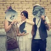 Giovane ragazzo attivo e hipsters ragazze avere buon tempo all'aperto — Foto Stock