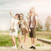 Young active girls and guy hipsters have fun outdoors — Stockfoto