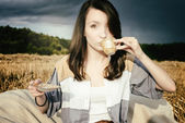 Young beautiful unusual girl illustrates conceptual idea in fiel — Photo
