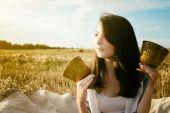 Young beautiful unusual girl illustrates conceptual idea in fiel — Stock Photo