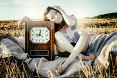 Beautiful unusual girl illustrates conceptual idea with watch — Stock Photo