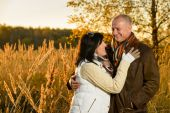 Couple in love hugging in autumn sunset — Foto Stock