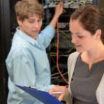 To zespół techników w serwerowni — Zdjęcie stockowe #80022026