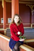 Woman with bright skin and white rose — Fotografia Stock