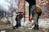 Deux tueurs s'apprêtent à prendre la maison avec d'étranges créatures — Photo