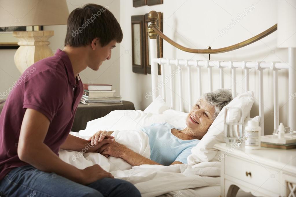 внук сбабушкой в постеле