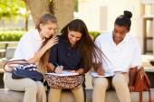 Grupa uczniów liceum działa — Zdjęcie stockowe