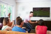 Amigos que olham futebol — Fotografia Stock