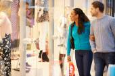 Feliz pareja llevar bolsas en el centro comercial — Foto de Stock