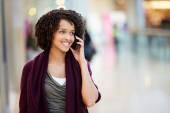 Kvinna i köpcentrum med mobiltelefon — Stockfoto