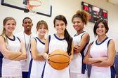 Membri della squadra di basket con il coach — Foto Stock