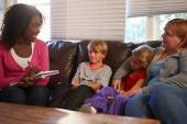 Social Worker Talking To Mother — Stock Photo