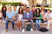 учащихся средней школы на территории кампуса — Стоковое фото