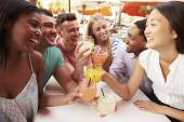 Friends Enjoying Drinks In Restaurant — Stockfoto