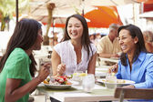 Female Friends Enjoying Lunch — Stockfoto