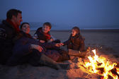 Family Sitting By Fire — Stock Photo