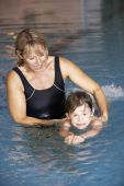 Mother teaching son to swim — Stock Photo