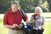 Couple on golf course — Stock Photo