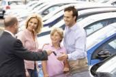 Familie kopen van een auto — Stockfoto