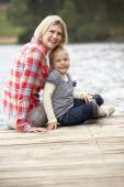 Mother and daughter on a jetty — Stockfoto