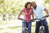 пара на велосипеде в парке — Стоковое фото