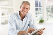 Senior man using tablet — Stock Photo