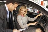 Mujer, compra un coche — Foto de Stock