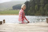 Woman on a jetty — Stockfoto