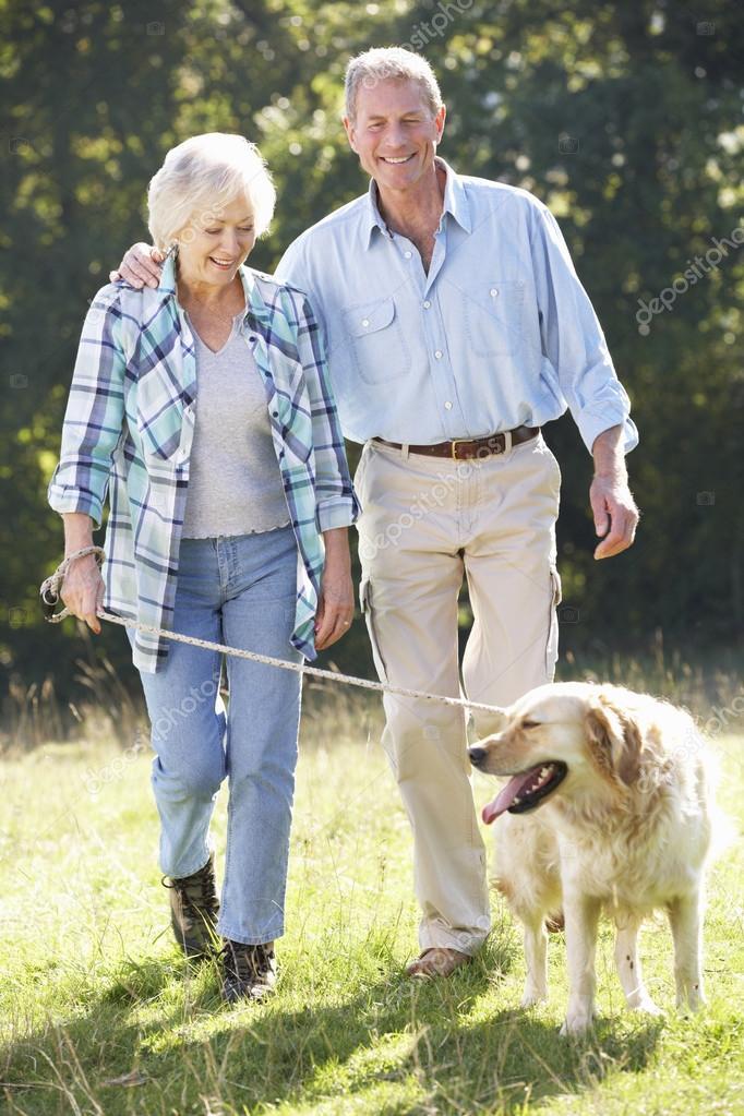 chien marche couple de personnes g es photographie monkeybusiness 61029757. Black Bedroom Furniture Sets. Home Design Ideas