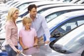 Familia comprar un coche — Foto de Stock