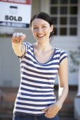Woman moving into home — Stockfoto