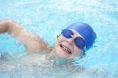 Boy swimming in pool — Stock Photo