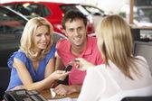 Couple buying car — Stock Photo