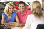 Couple buying car — Stock fotografie