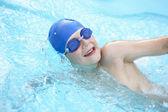 Garçon, nager dans la piscine — Photo