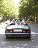 äldre par i sportbil — Stockfoto