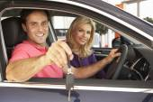 Couple buying a car — Foto Stock
