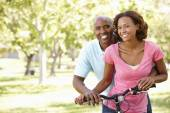 Couple cycling in park — Stock Photo