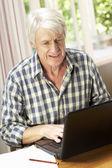 середина человека возраста, работающего — Стоковое фото