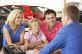 Family buying car — Stock Photo